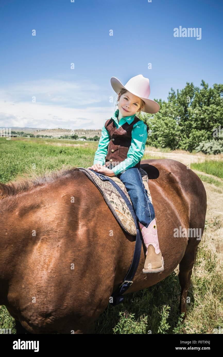 Niña botas de cowboy y sombrero de a caballo. Foto de stock