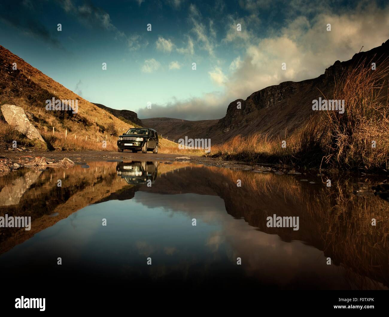 Off Road vehículo aparcado en lakeside, Dingle, Co Kerry, Irlanda Imagen De Stock