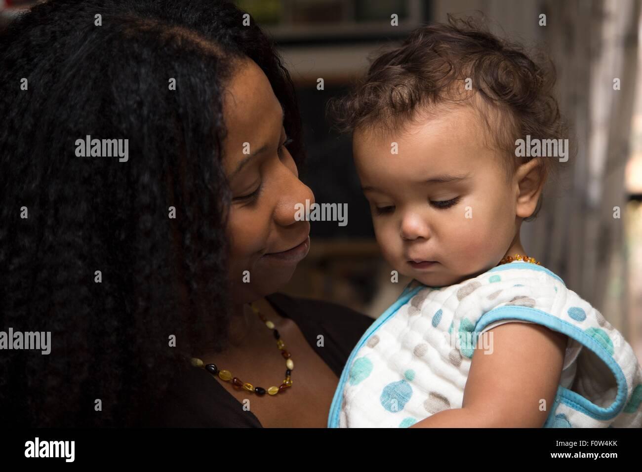 Retrato de licitación a mediados de mujer adulta y párvulos hija Foto de stock