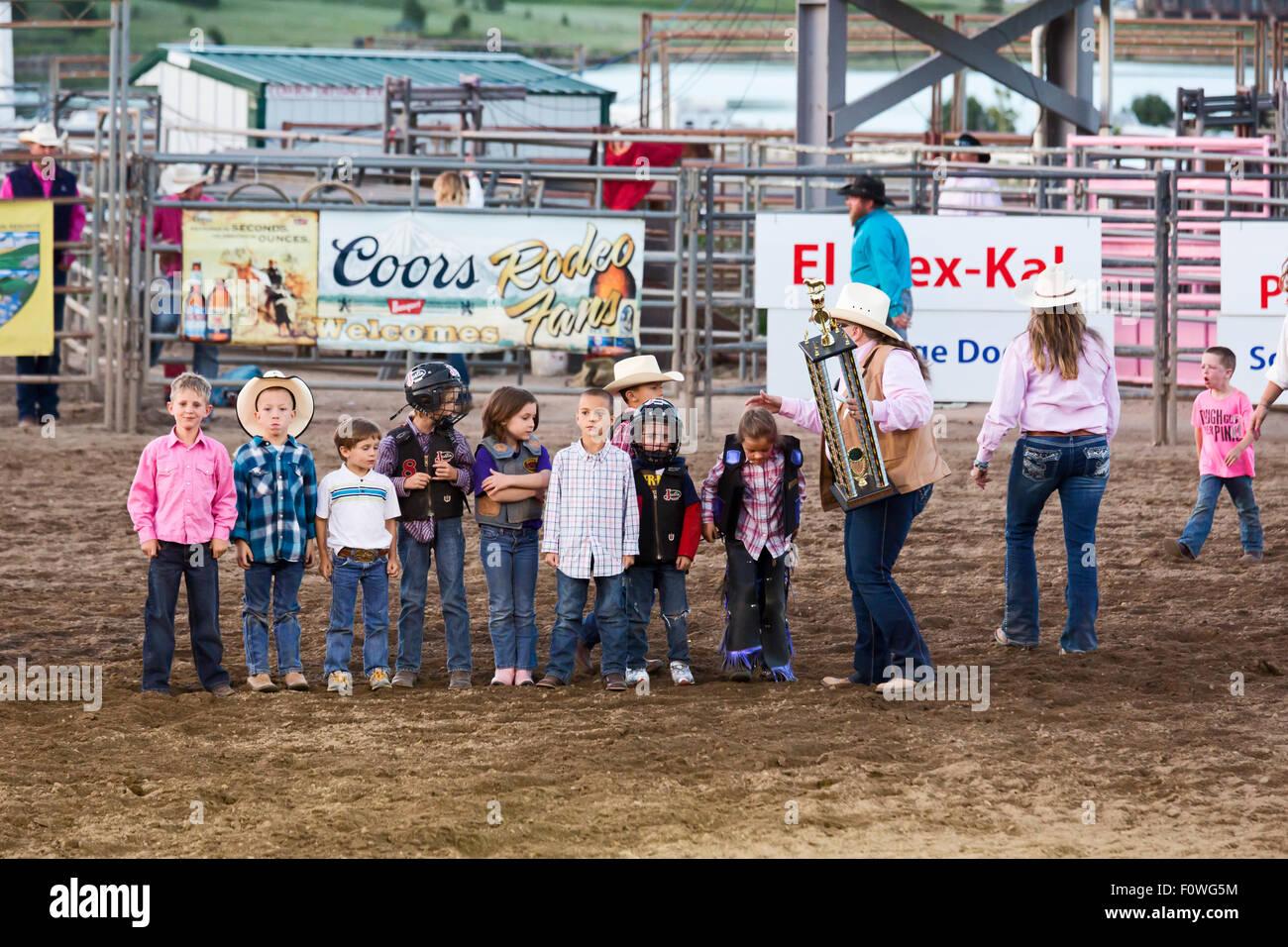 En Estes Park, Colorado - Un funcionario en el Rodeo de la azotea posee un trofeo para el carnero bustin' ganador. Imagen De Stock