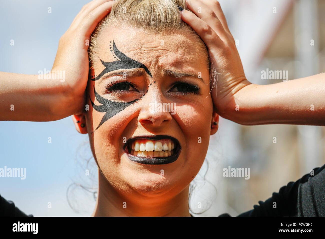 Mujer sosteniendo su cabeza en medio de la angustia, como interino, el festival Fringe de Edimburgo, Escocia, Reino Imagen De Stock