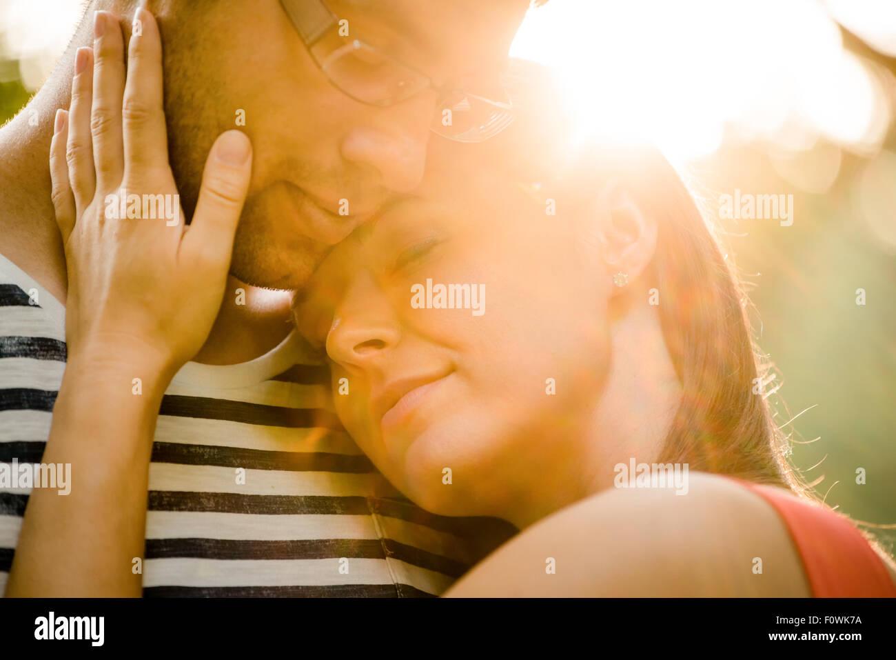Momentos íntimos - Pareja joven abrazar y abrazar en la naturaleza Imagen De Stock