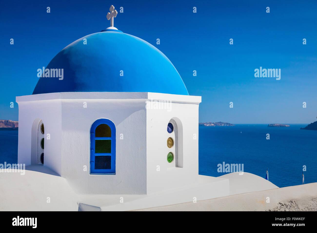 Icónica capilla de cúpula azul en la localidad de Oia, en la isla griega de Santorini (Thera) Foto de stock
