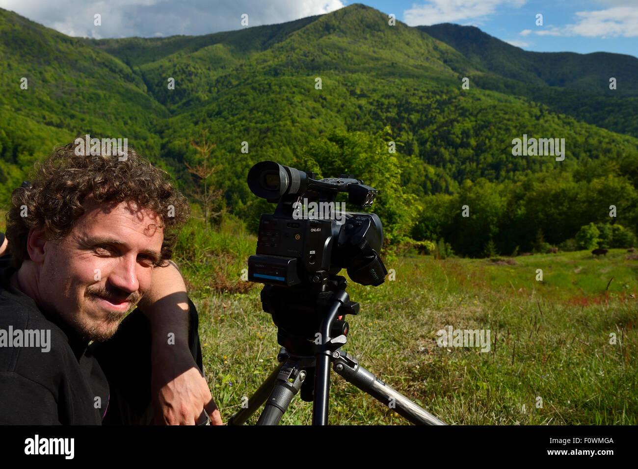 Kristjan Jung, Gerente de Comunicaciones de Europa, toma Rewilding / Wisent bisonte europeo (bison bonasus) liberados Foto de stock
