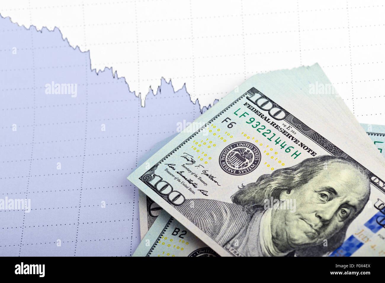 Concepto de negocio. Montón de billetes de dólar en papel con fondo gráfico empresarial Foto de stock