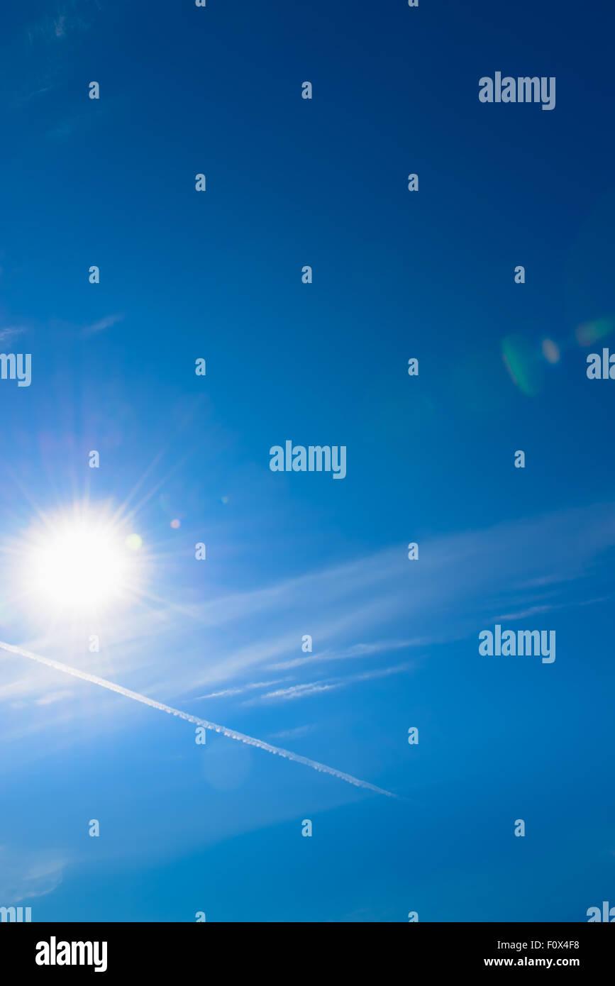 Sol y cielo con antecedentes de destello de lente Foto de stock