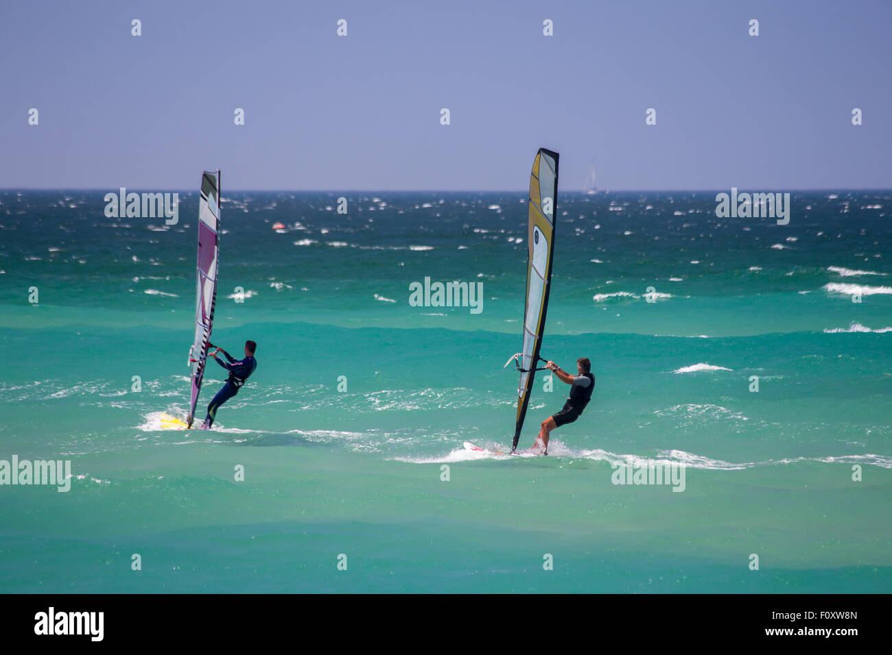 Windsurf en la playa de Guincho off cerca de Cascais, Portugal Foto de stock