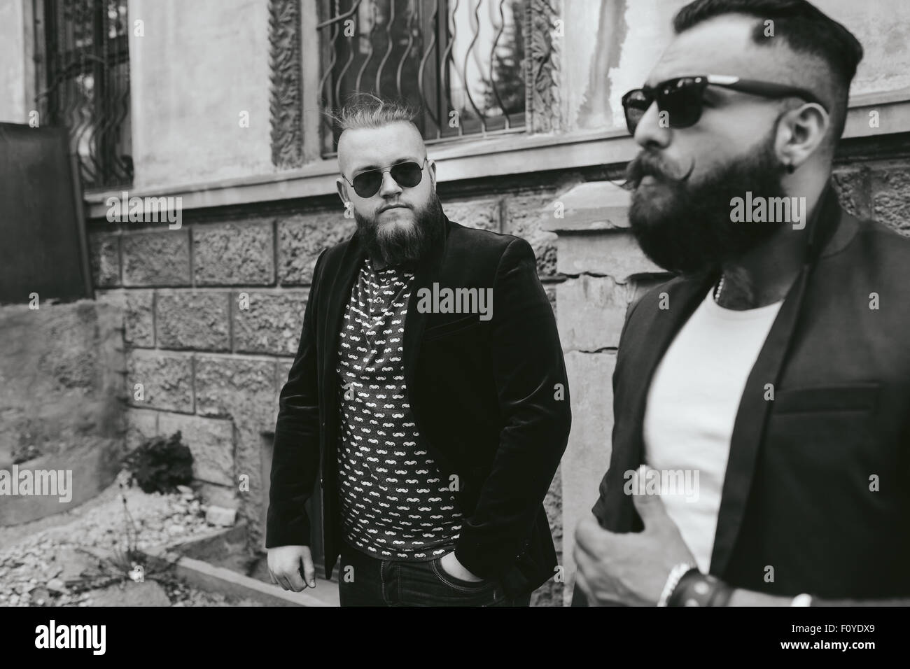 Dos empresario barbudo mirando al teléfono Imagen De Stock