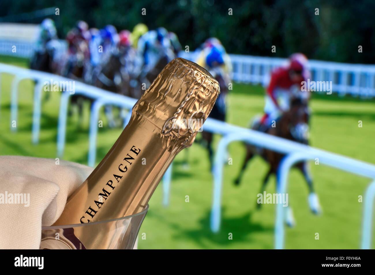 Carreras de Caballos Carreras de Champagne Champán de lujo en cubo de hielo con damas día Royal Ascot Imagen De Stock