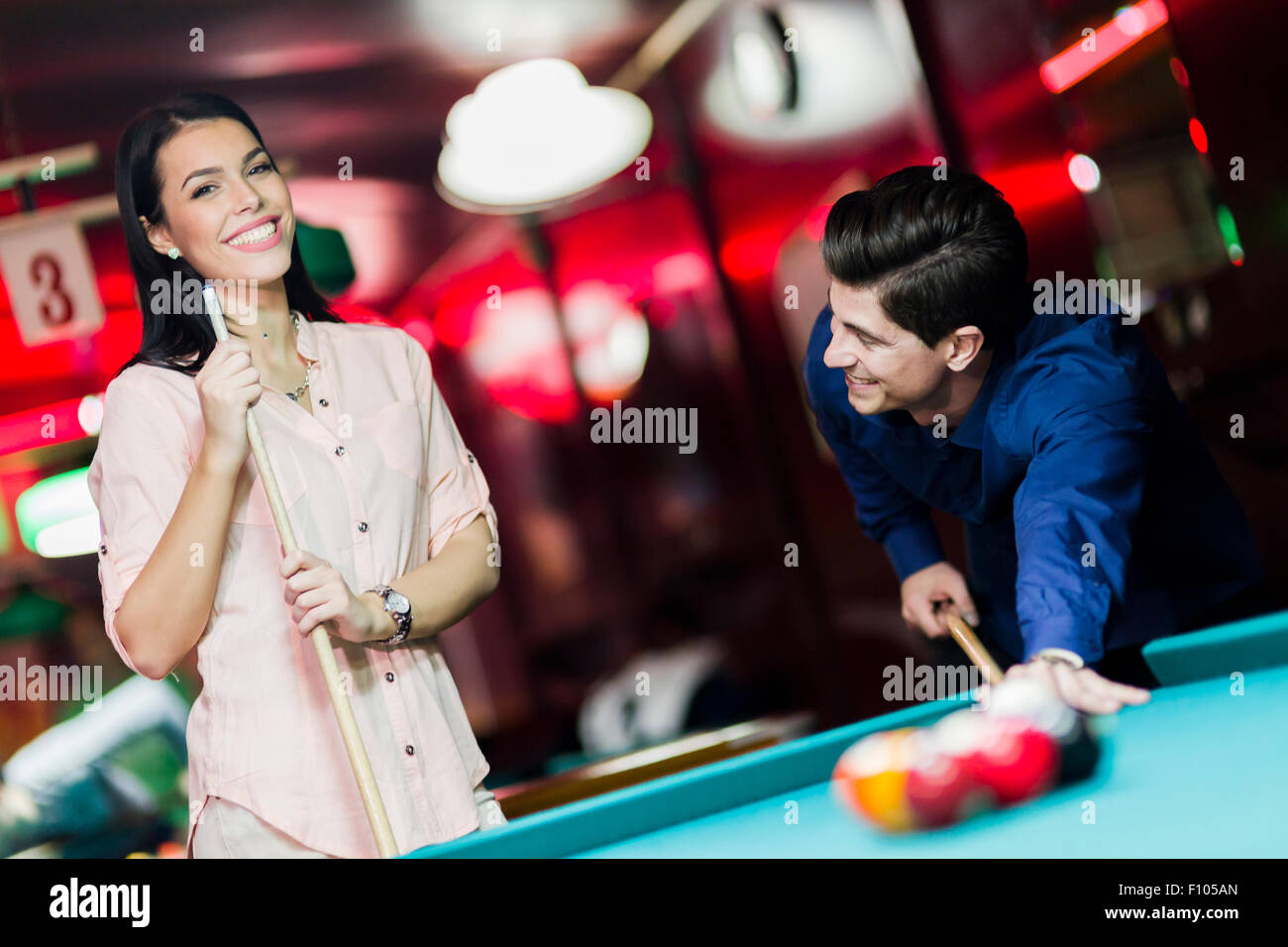 Los jóvenes jugando billar en un club pub Imagen De Stock