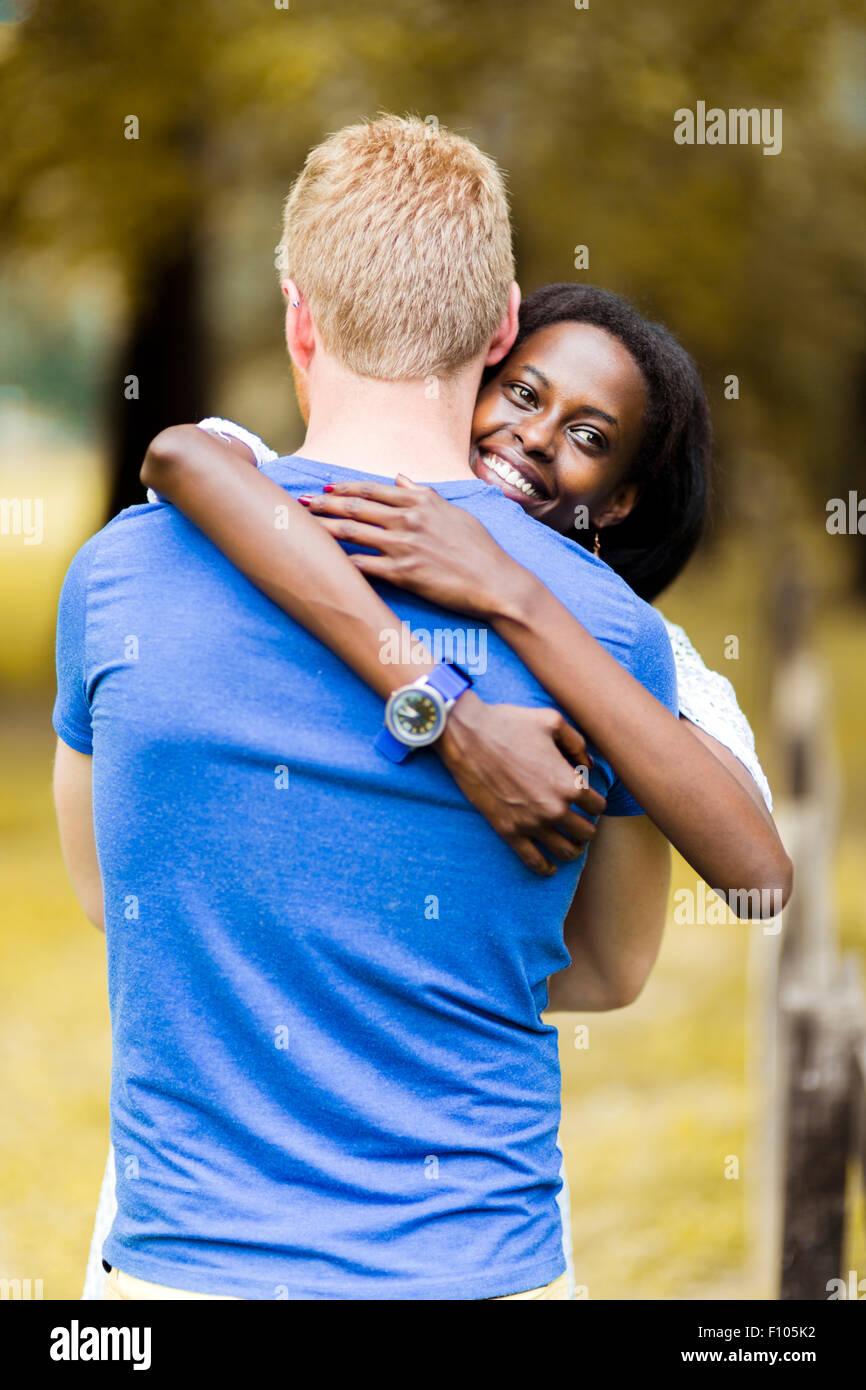 Pareja en amor abrazando pacíficamente afuera y ser verdaderamente felices. El sentimiento de seguridad y serenidad Imagen De Stock
