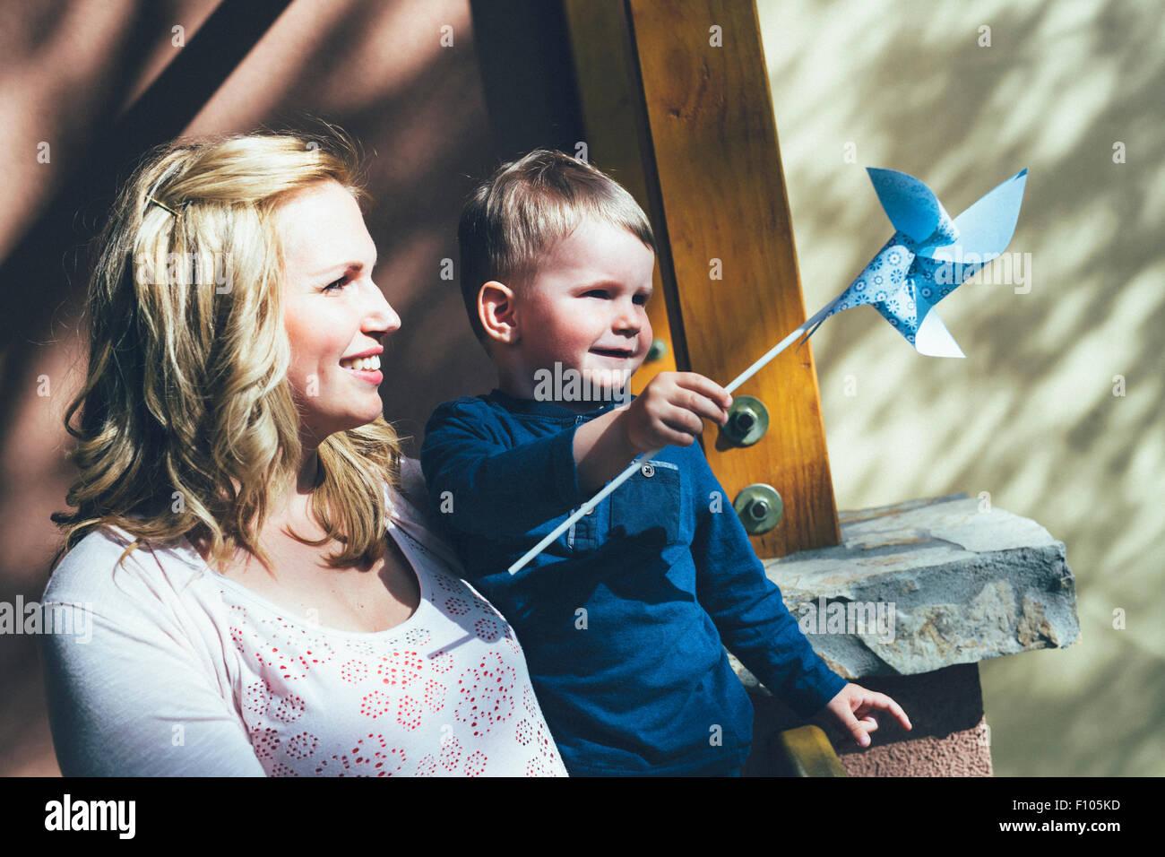 Madre tener un buen tiempo con su hijo en el exterior Foto de stock