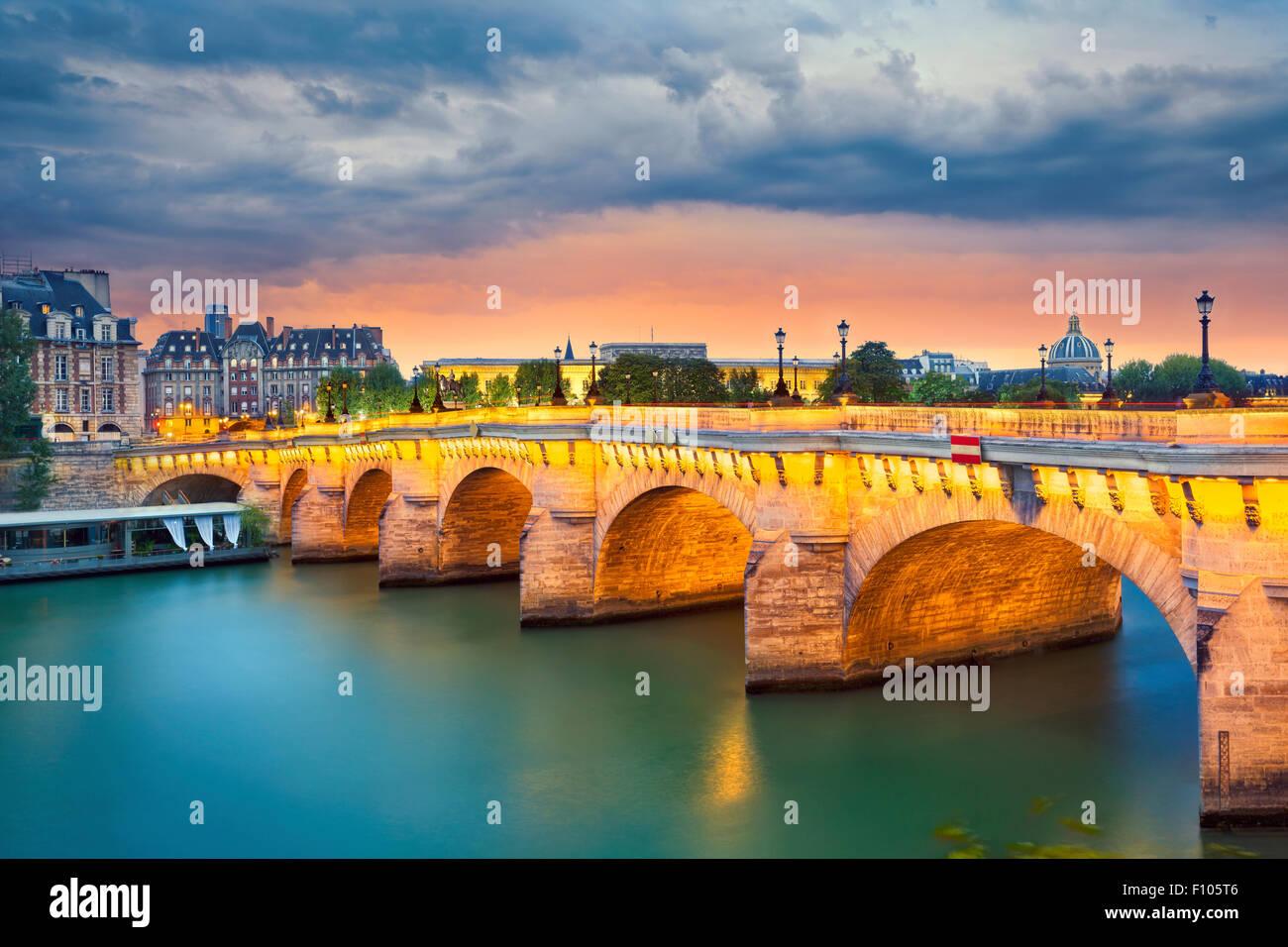 París. Imagen del Pont Neuf, el más antiguo puente que cruza el río Sena en París, Francia. Imagen De Stock