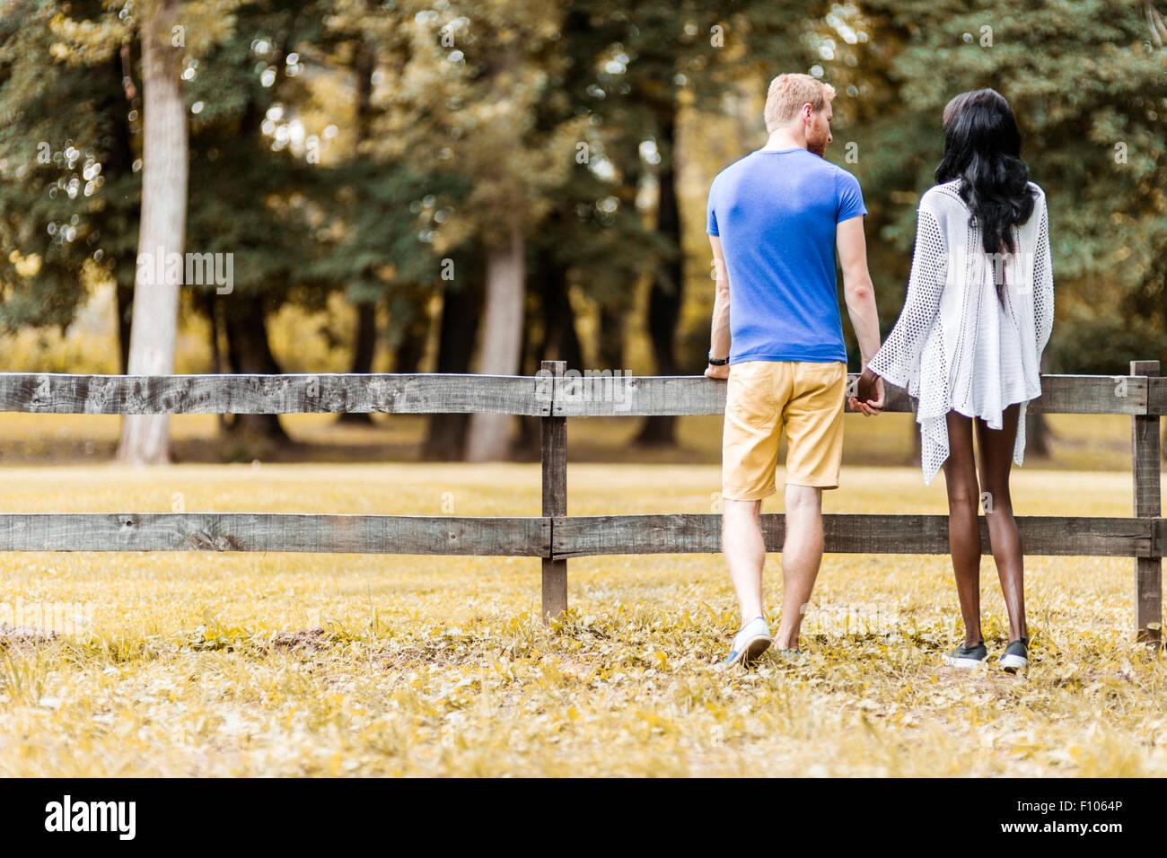 Pareja feliz en el amor cogidos de la mano en un parque en otoño Imagen De Stock
