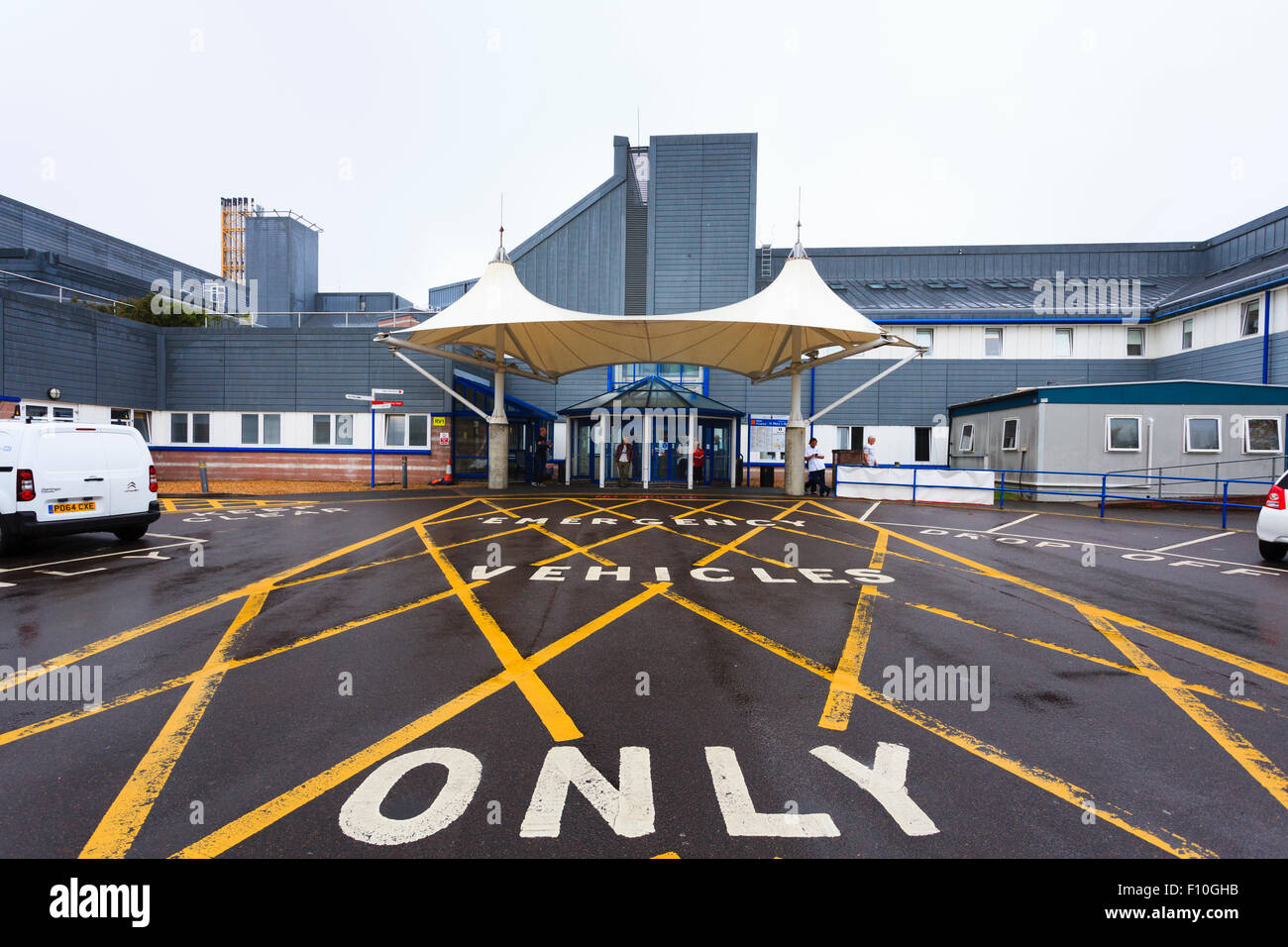 Sólo vehículos de emergencia rayado indicaciones fuera de hospital Imagen De Stock