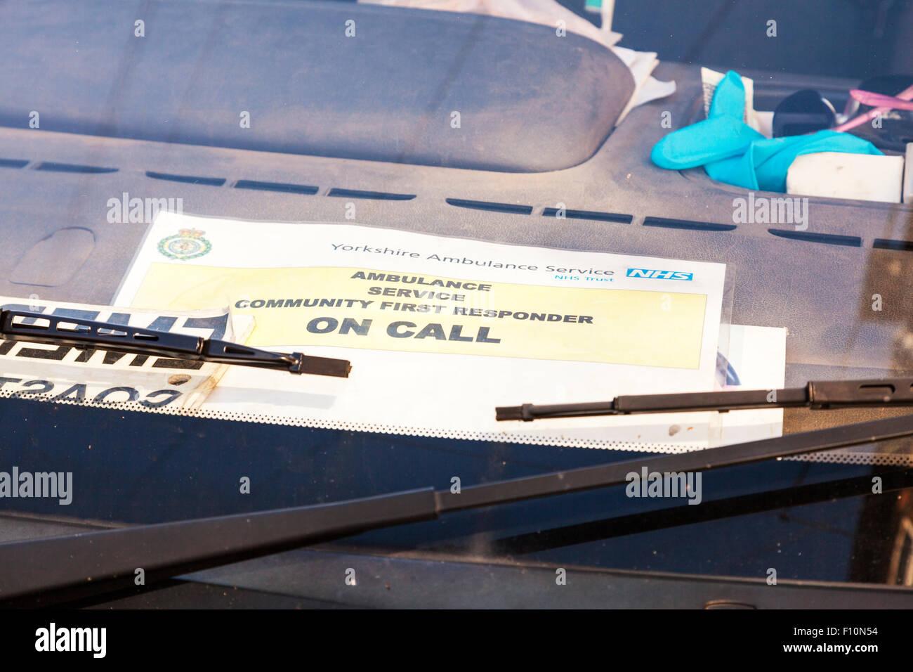 Primer interviniente en señal de llamada en la ventanilla de servicio de ambulancia letreros de NHS North Yorkshire Imagen De Stock