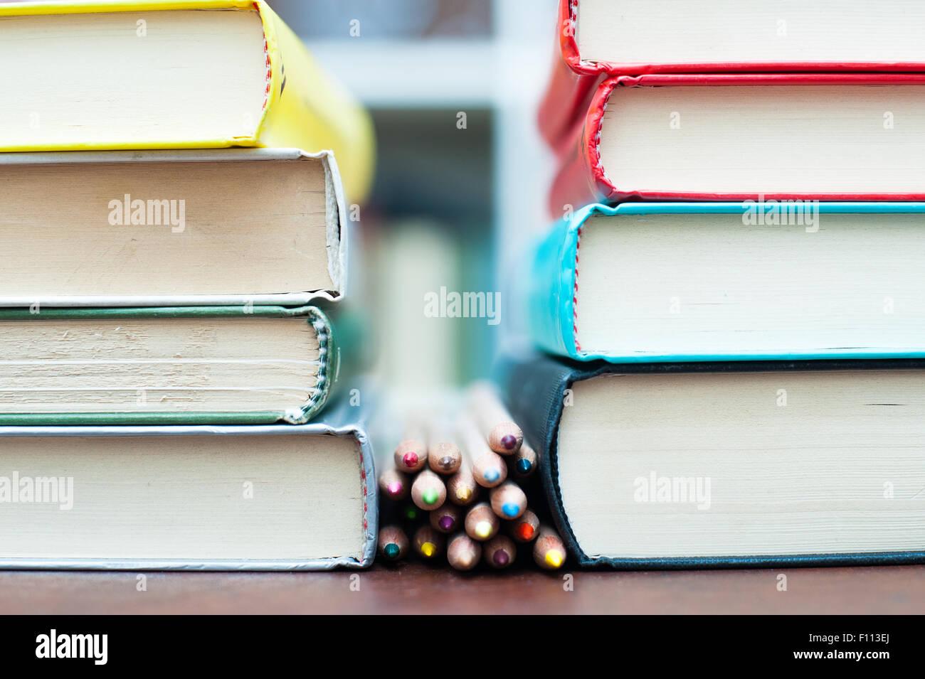 Montón de lápices de colores sobre el escritorio de madera entre dos ...