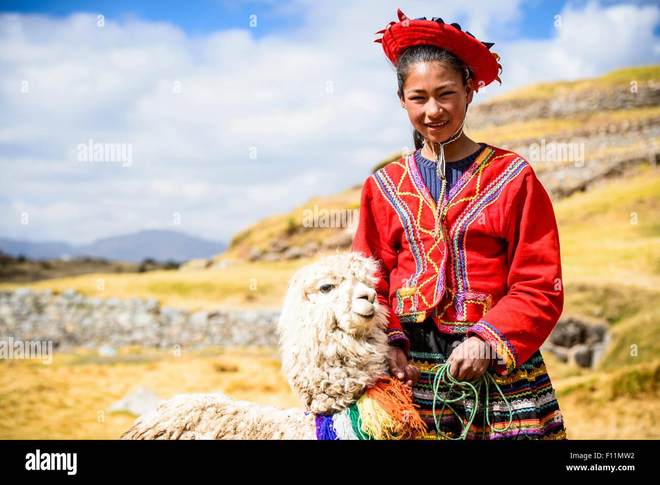 Chica hispana caminar llama en paisaje rural Imagen De Stock