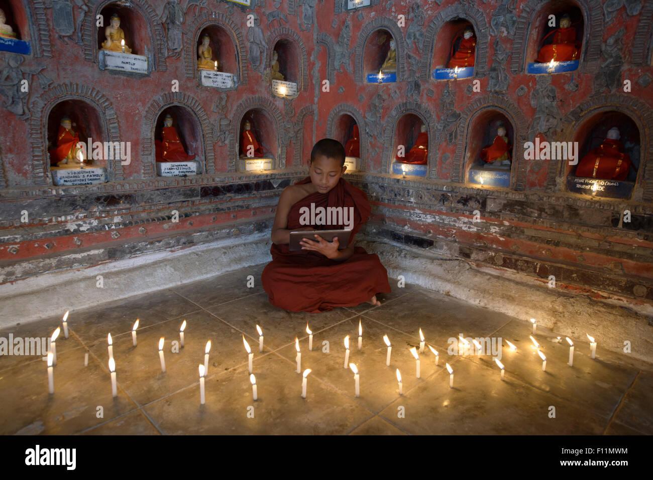 Los monjes de Asia-en-entrenamiento usando tableta digital en antiguo templo Imagen De Stock
