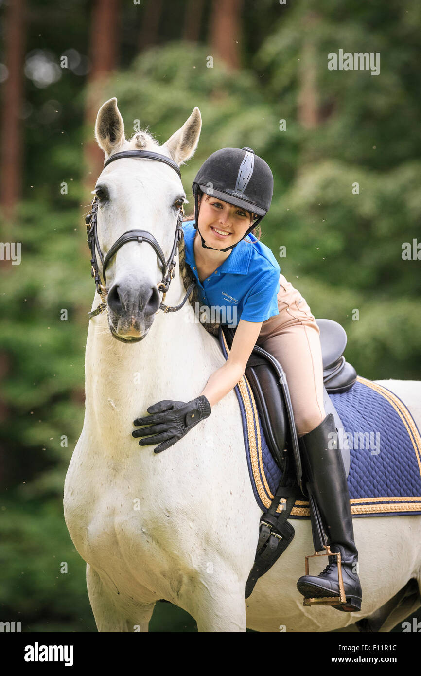 Lusitano. Rider caricias gris caballo Austria Foto de stock