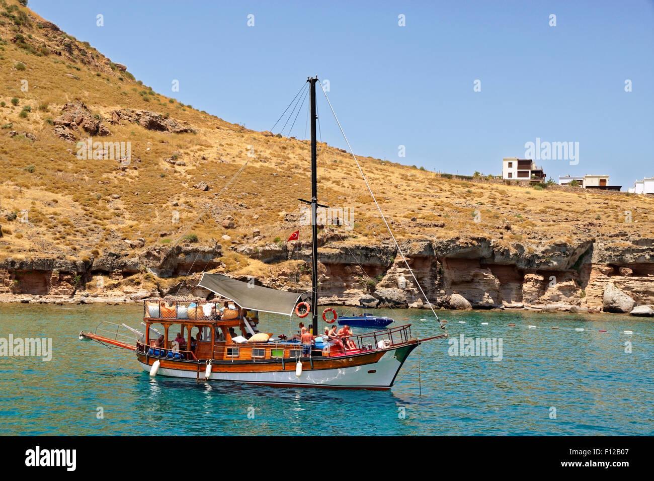 Goleta pequeño día de viaje en barco de crucero ancla cerca de Bodrum en Turquía Imagen De Stock