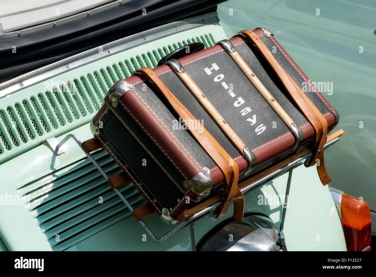 Maleta atadas a la espalda en la parte superior del maletero de un coche vintage Imagen De Stock