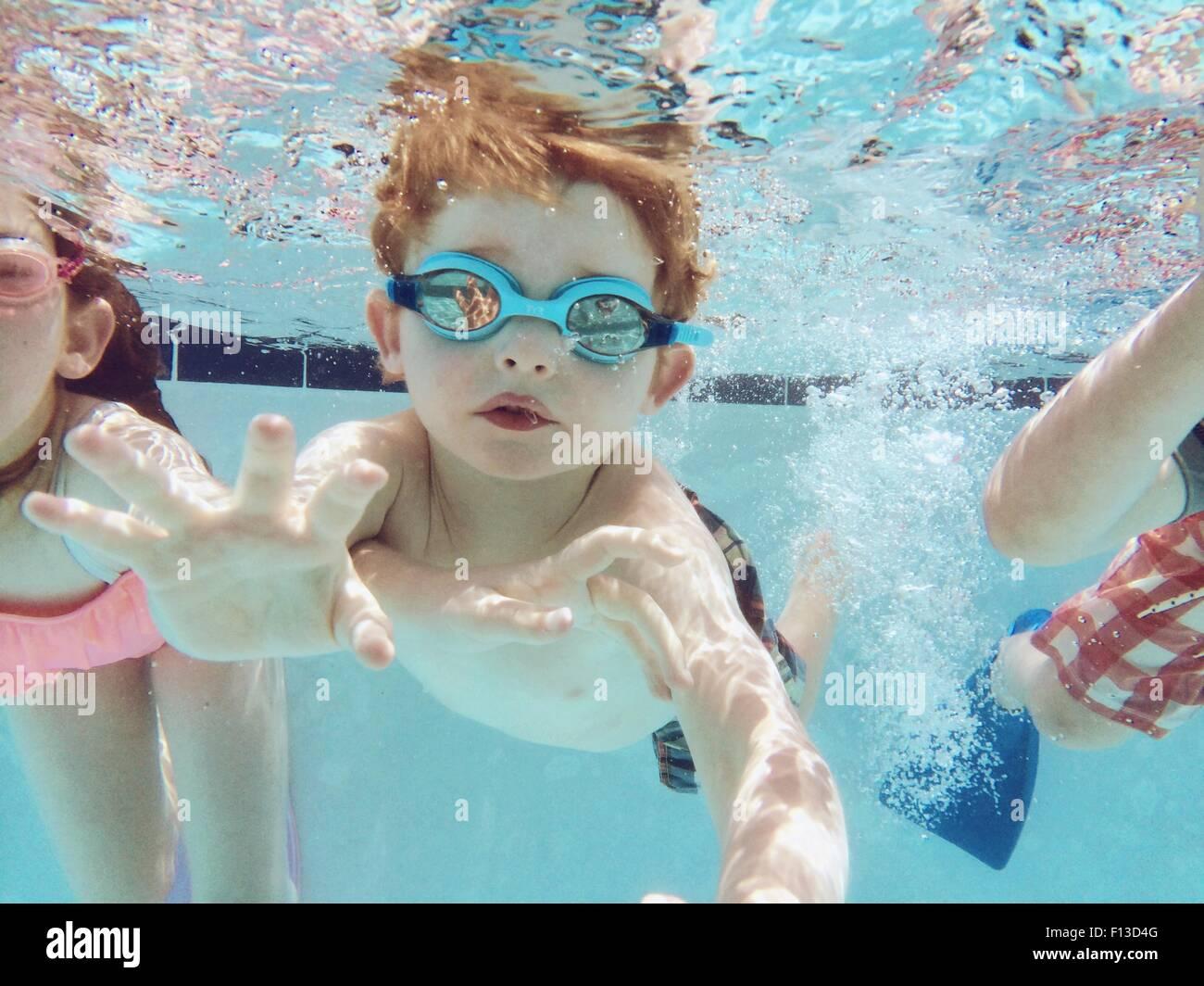 Retrato de un niño nadar con amigos Imagen De Stock