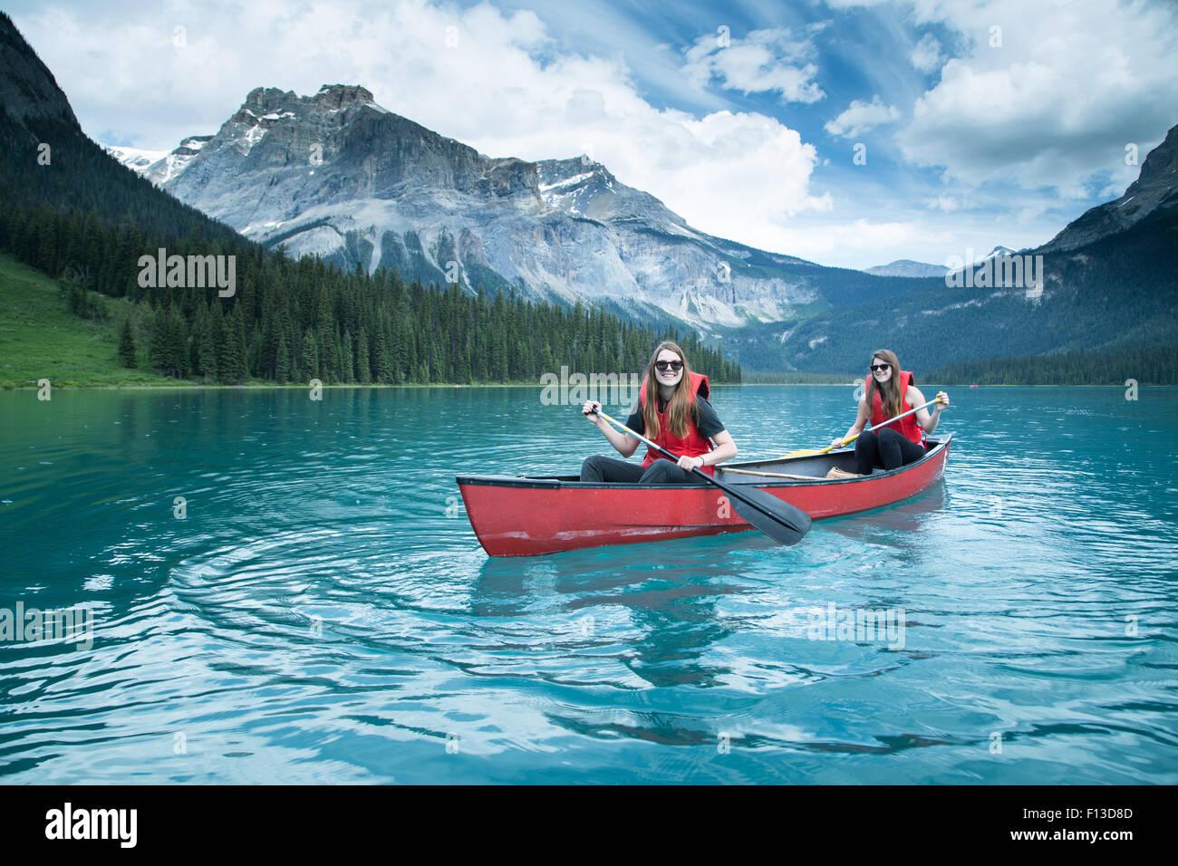 Dos niñas en kayak, el Parque Nacional Yoho, British Columbia, Canadá Imagen De Stock