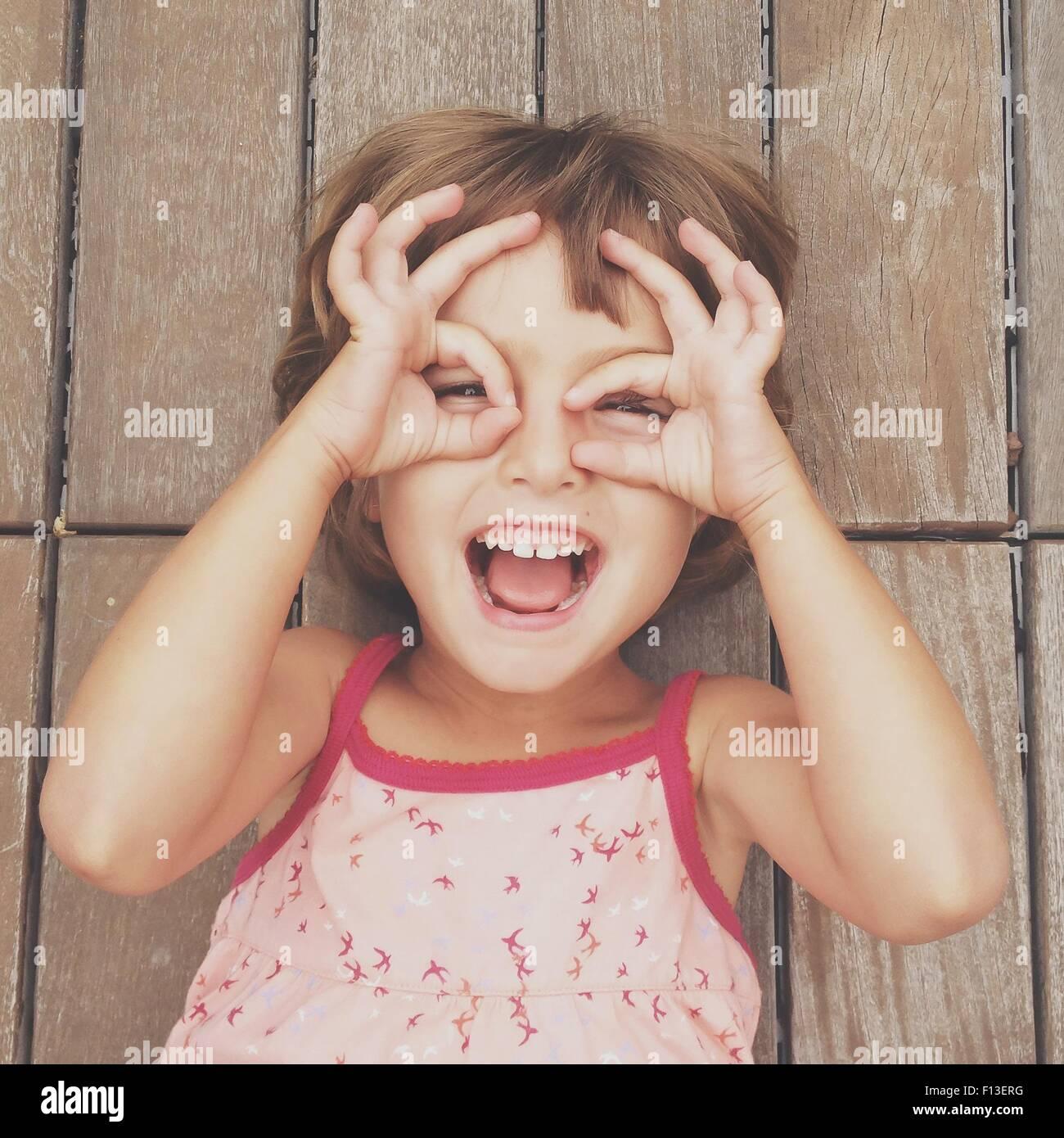 Chica busca a través de marcos de dedos Imagen De Stock