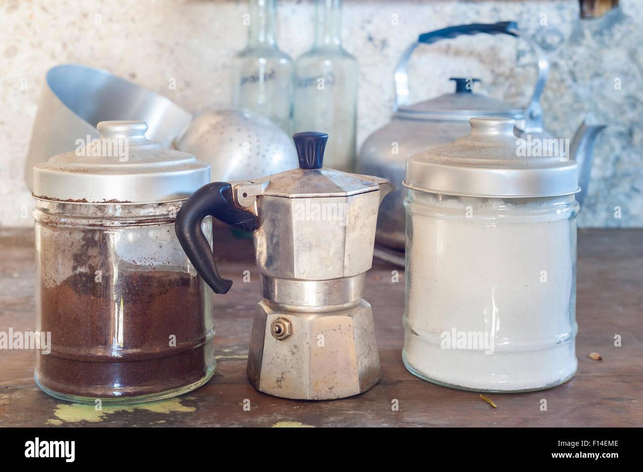 Antigua cafetera con dos viejas latas para el azúcar y el