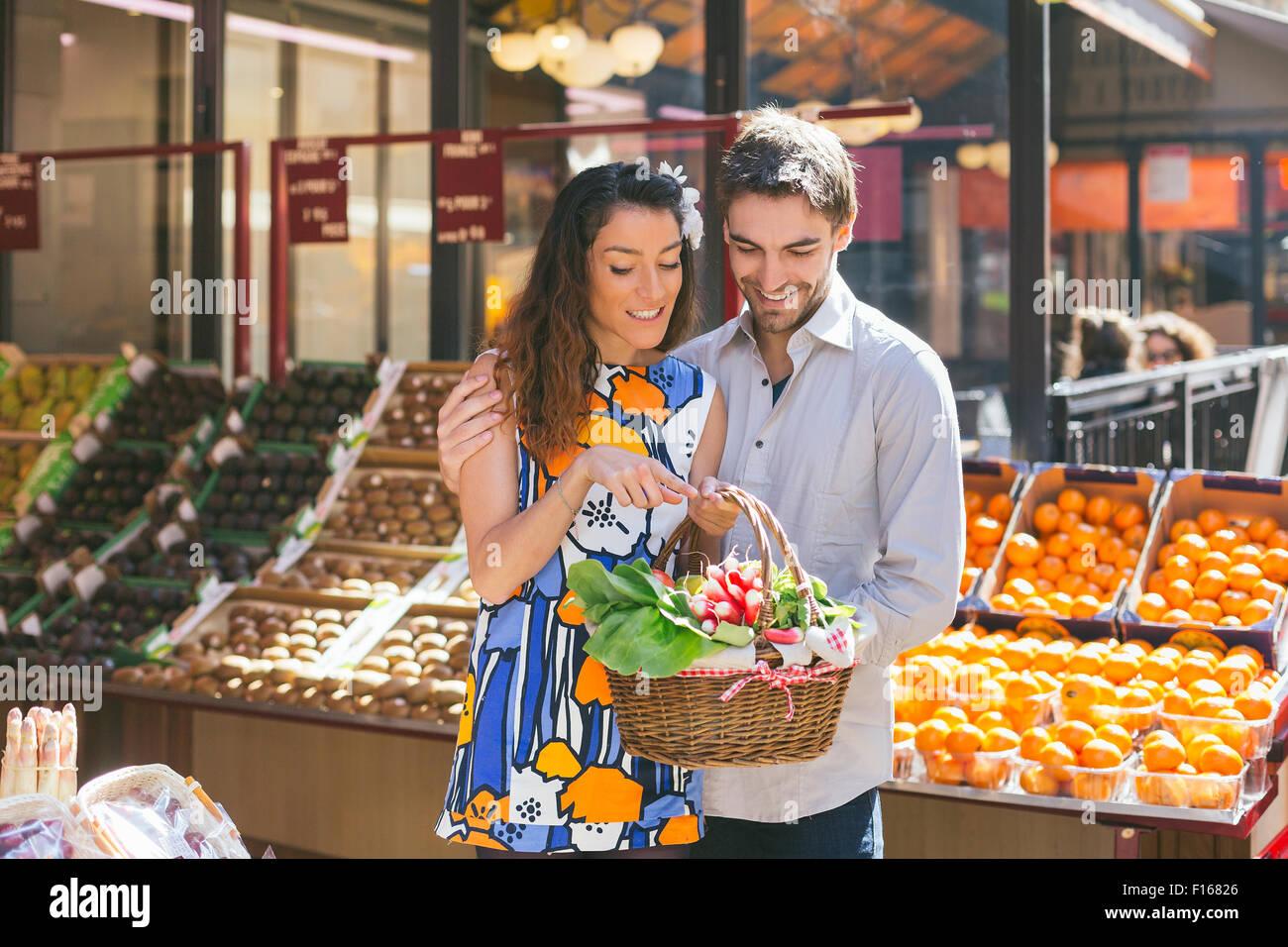 Par de compras en París Imagen De Stock