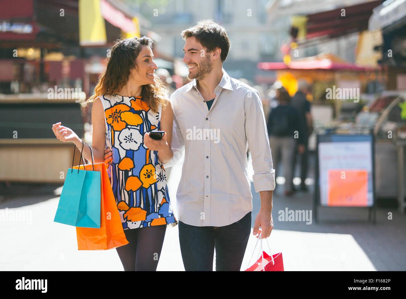 Par de compras en París Foto de stock