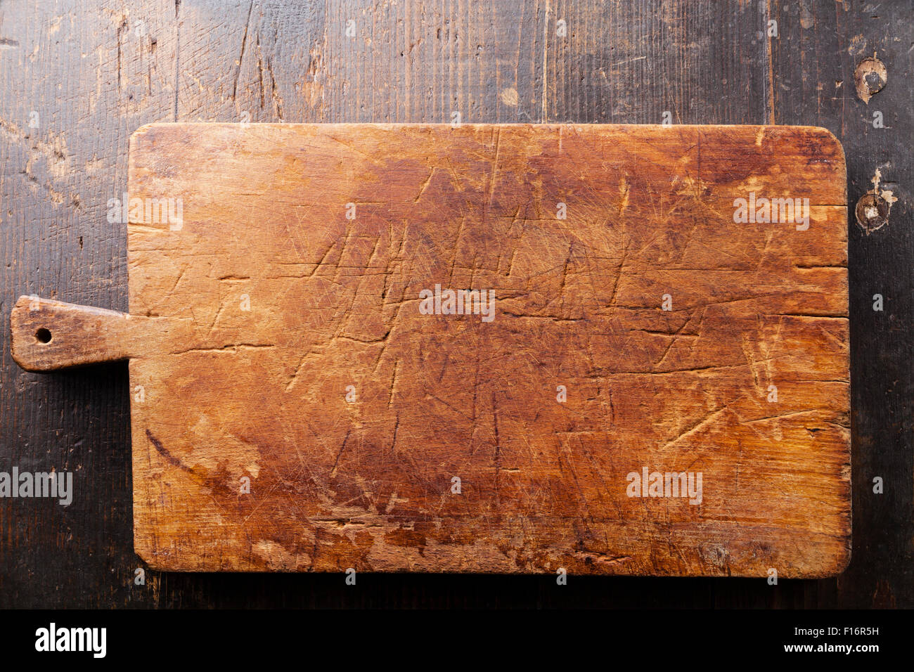 Picar la tabla de cortar de madera en la textura del fondo Imagen De Stock