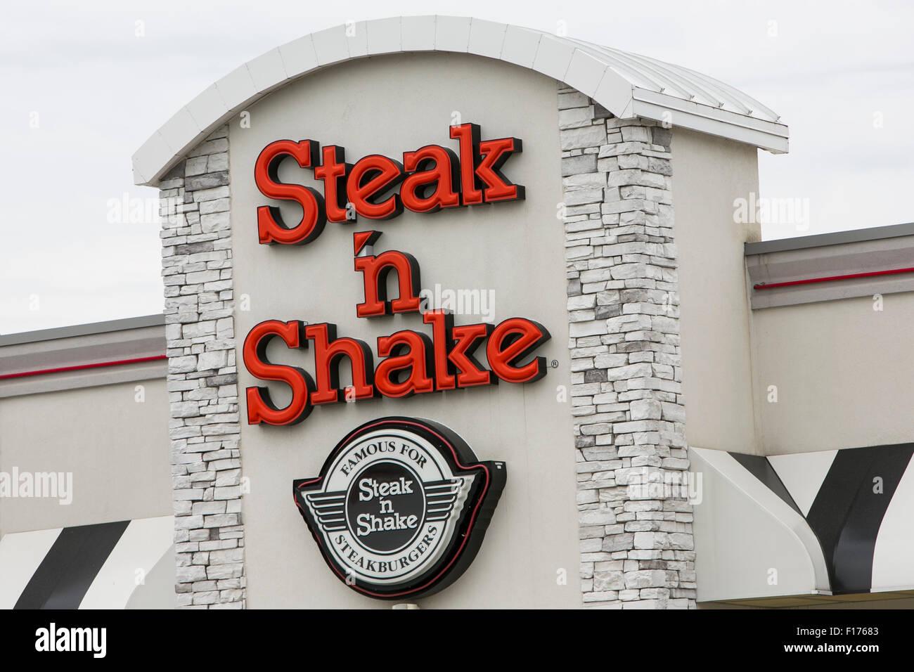 Un logotipo firmar fuera de un steak 'n Shake restaurante de comida rápida en Indianápolis, Indiana, el 15 de agosto Foto de stock