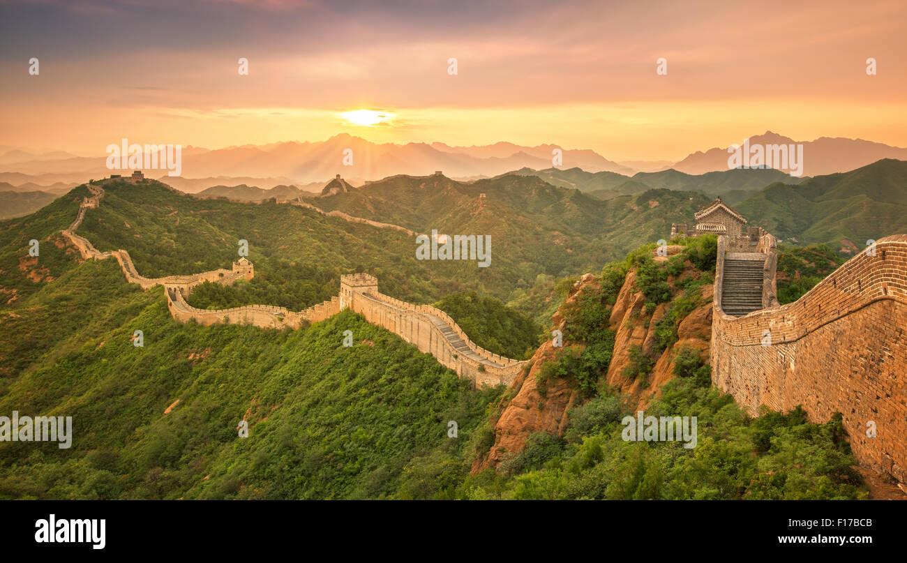 La Gran Muralla de China al amanecer. Foto de stock