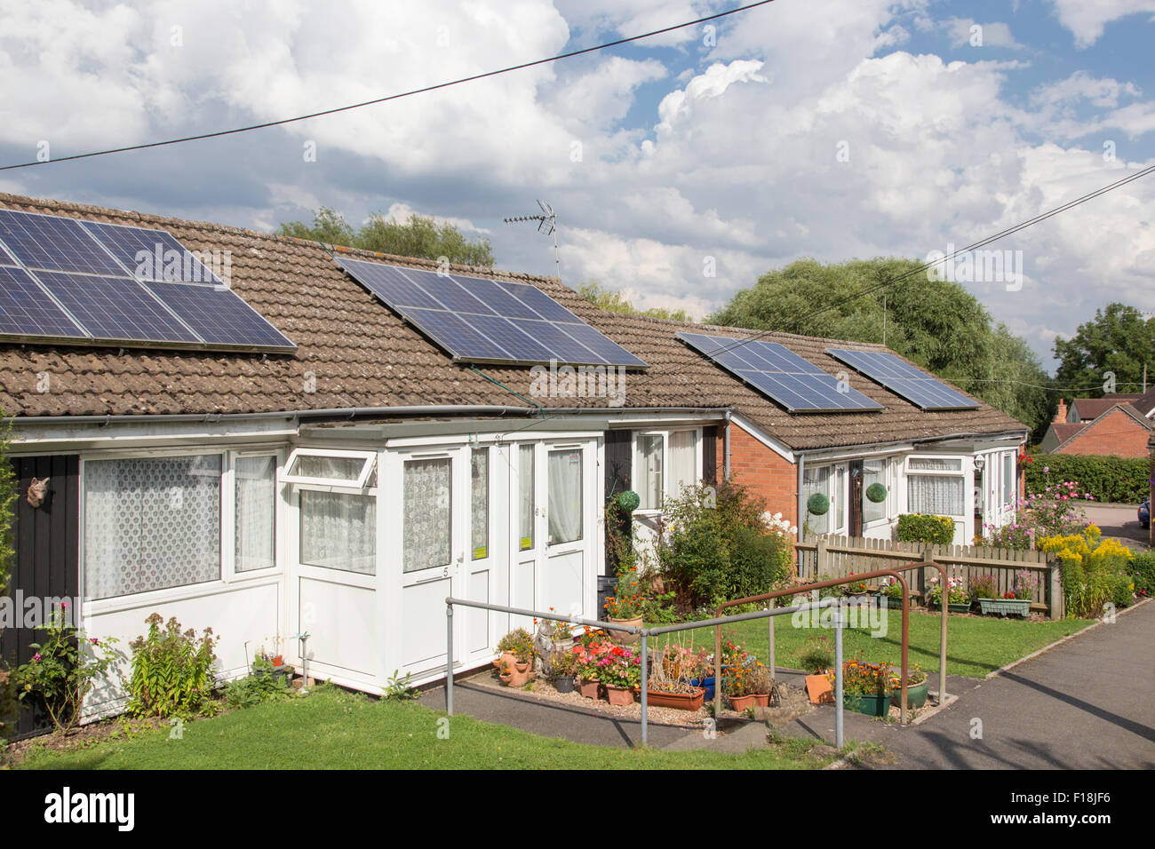Los paneles solares sobre jubilación bungalows, Inglaterra, Reino Unido. Imagen De Stock