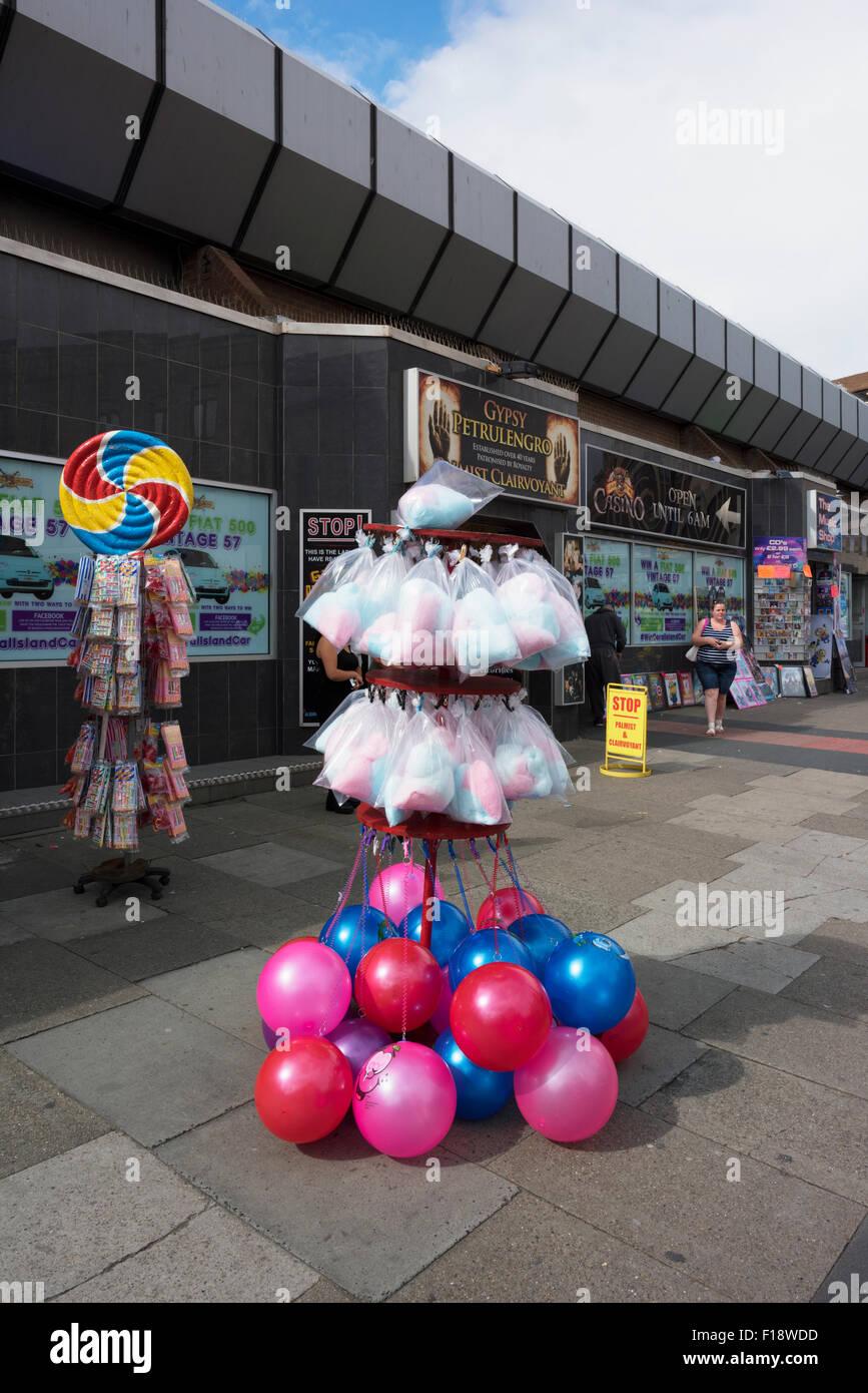 Balones de playa y golosinas en un stand fuera de una tienda en Blackpool e0f0d4a3e57d6
