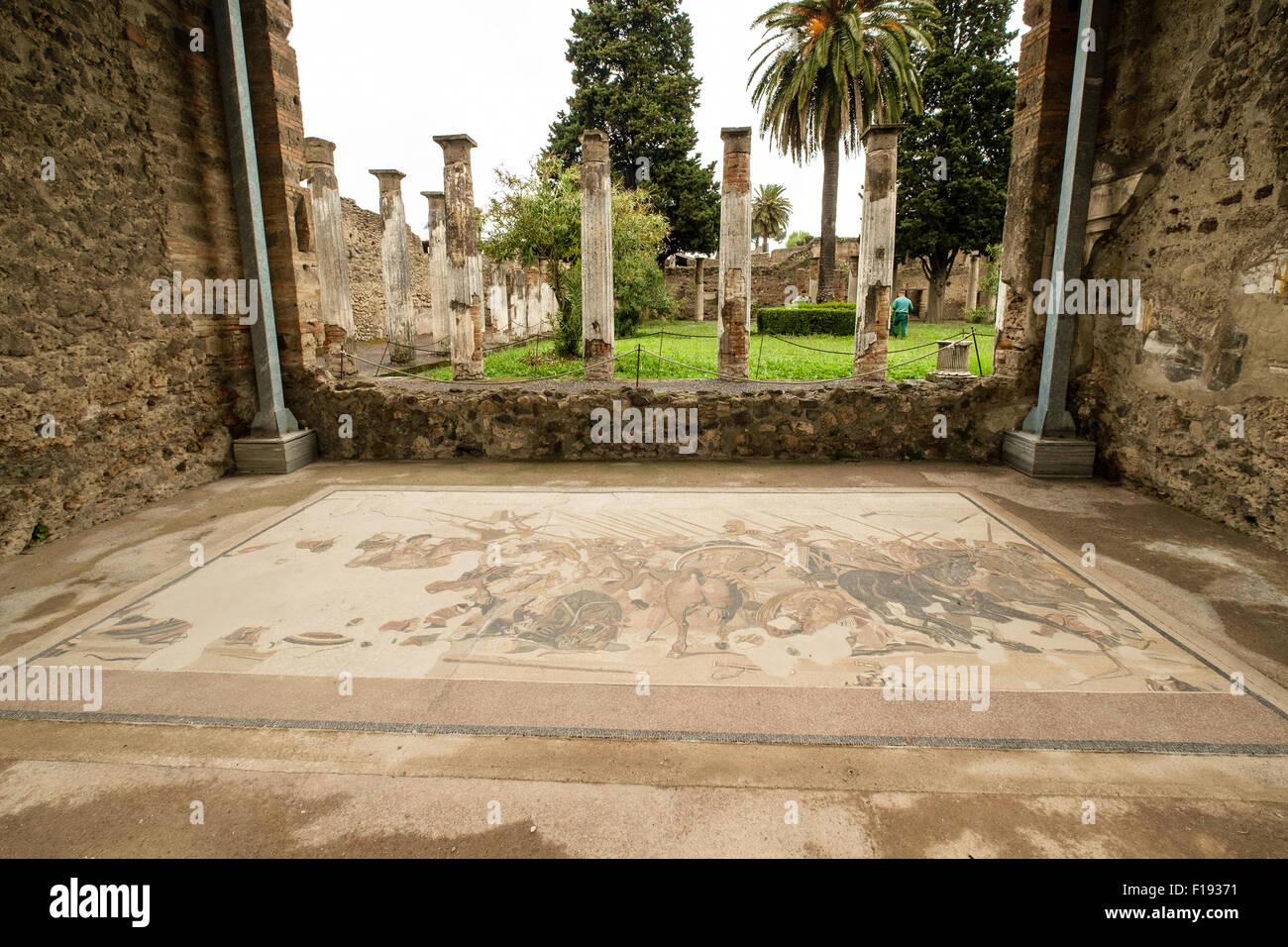 Suelo de mosaico y las columnas en una casa romana en Pompeya Imagen De Stock