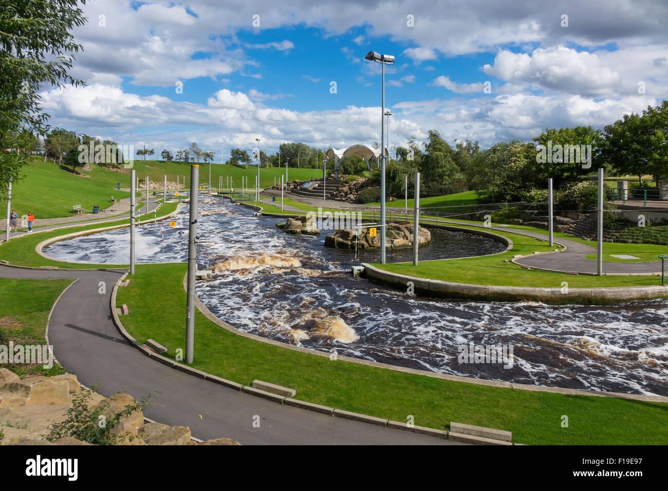 La andanada en el río Tees mantiene el agua a un nivel constante aguas arriba permitiendo volver desarrollo Imagen De Stock