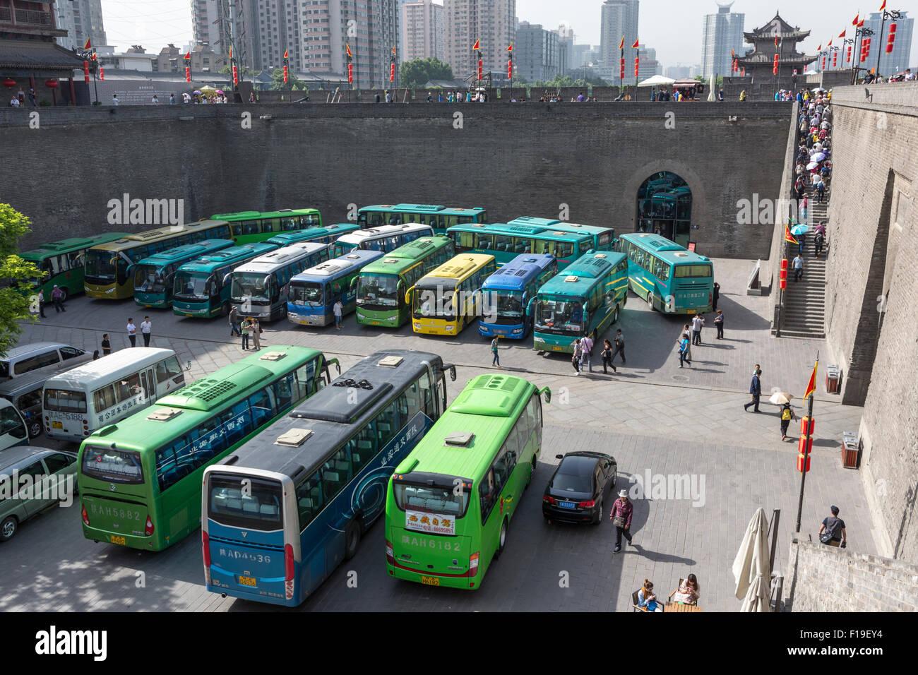 Puerta oriental de la muralla de la ciudad de Xi'an, con un puntaje de autobuses turísticos y muchos turistas Imagen De Stock