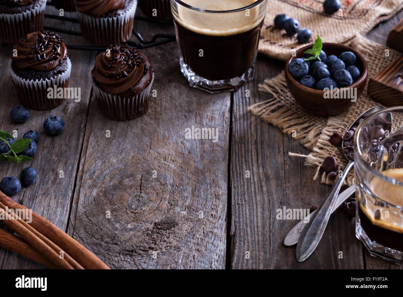 Café y pastelitos de chocolate sobre la mesa de madera espacio de copia Imagen De Stock