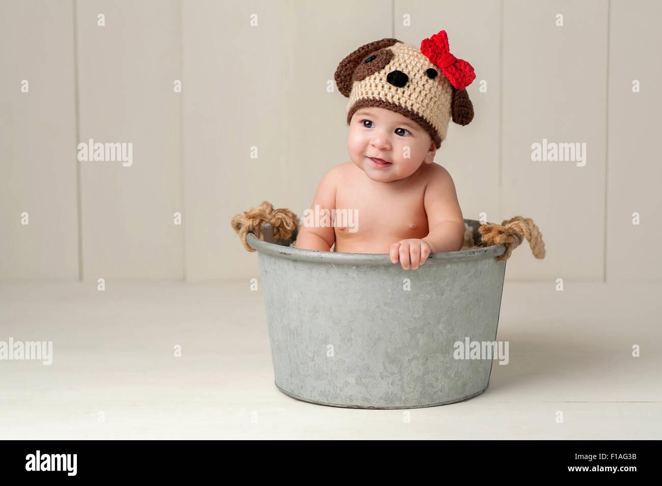 f02cdd4e6 Bebé de Seis Meses chica que llevaba un sombrero de Cachorro de ganchillo.  Filmado en