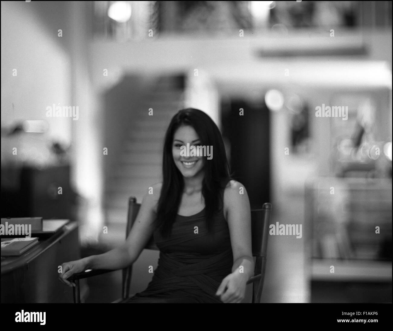Los Angeles, California, EEUU. 17 Aug, 2015. La actriz Tracy Pérez posee una imagen durante una entrevista en la Foto de stock