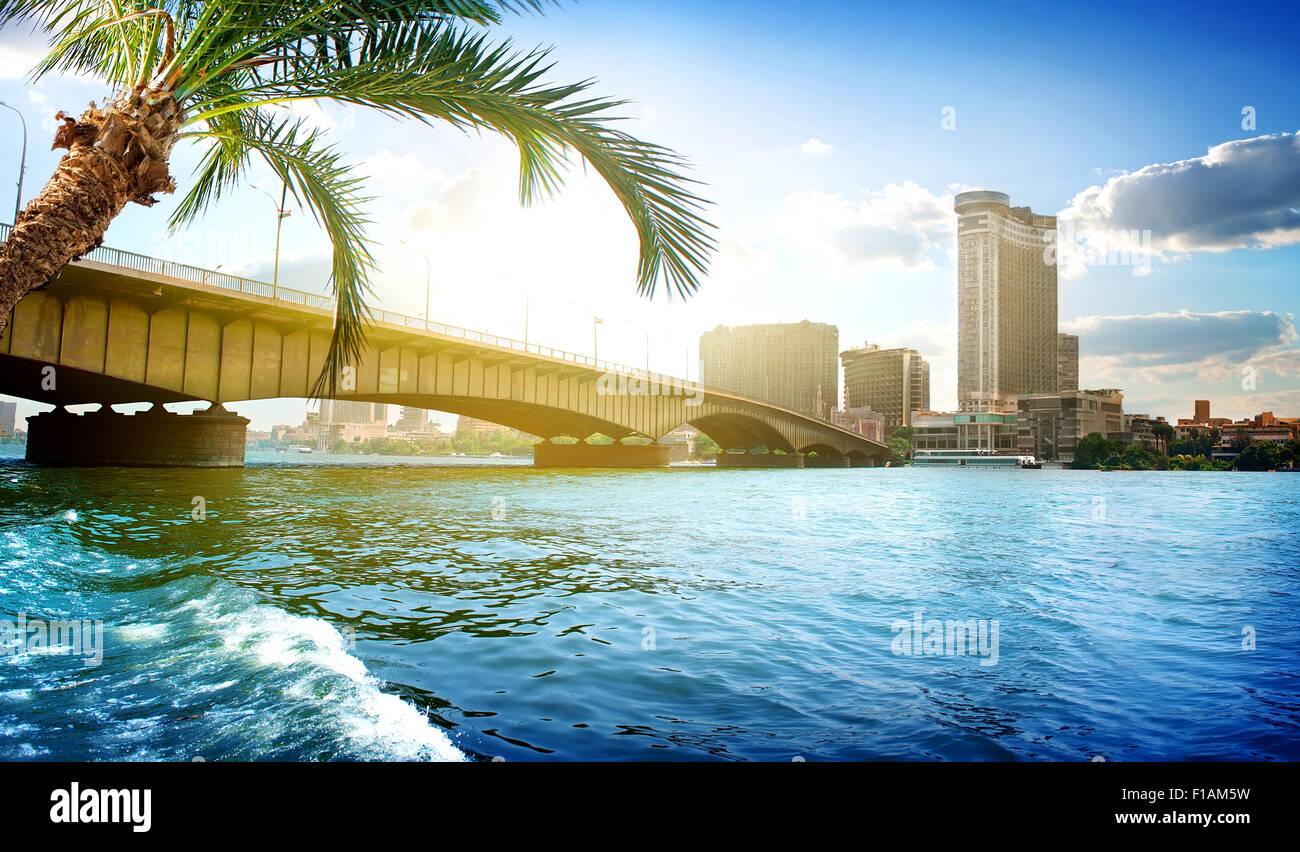 Puente sobre el Nilo divide el Cairo y Giza. Imagen De Stock