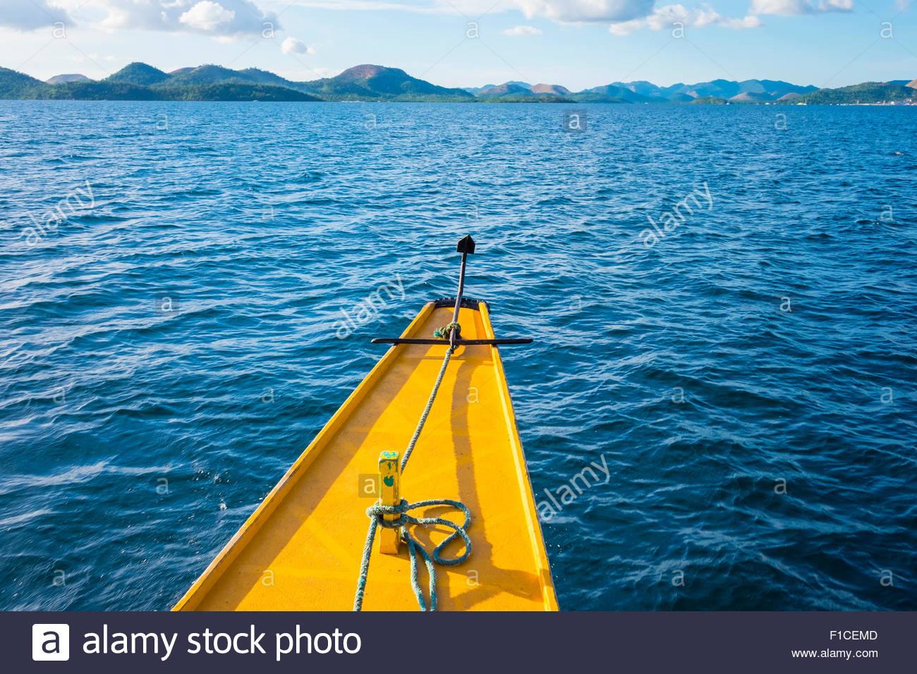 Proa de un barco de Outrigger en agua azul, Coron, Palawan, Filipinas Imagen De Stock