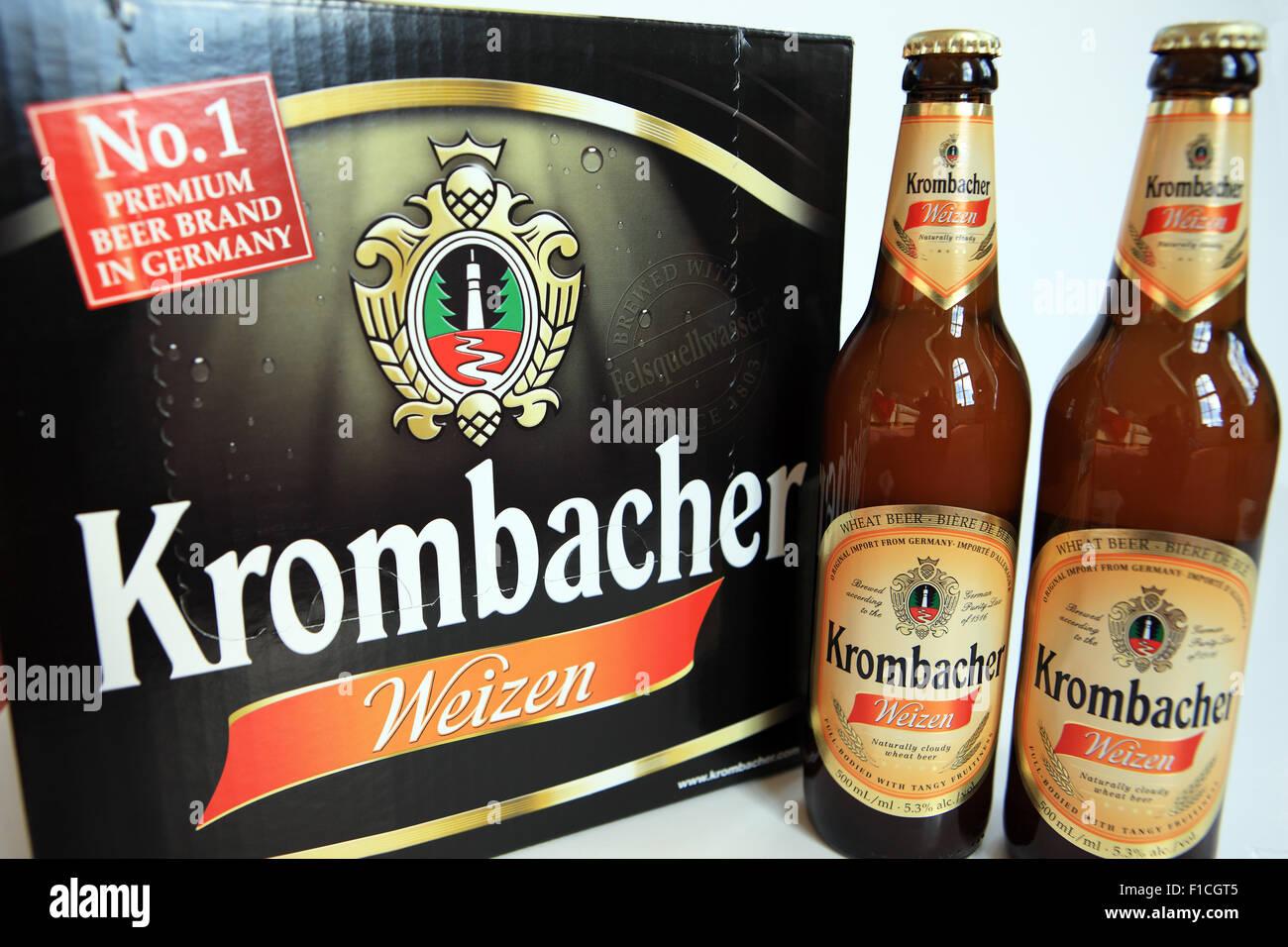Botellas de Krombacher Weizen, la marca de cerveza premium número 1 en Alemania Imagen De Stock