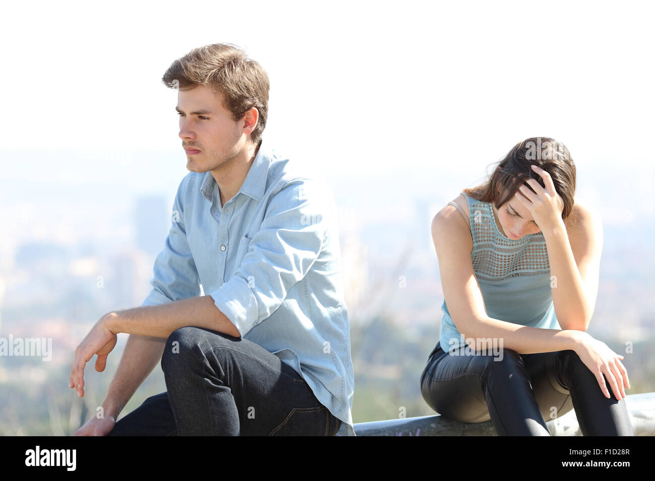 Bad Boy discutiendo con su concepto de la ruptura de la pareja con la ciudad al fondo Imagen De Stock