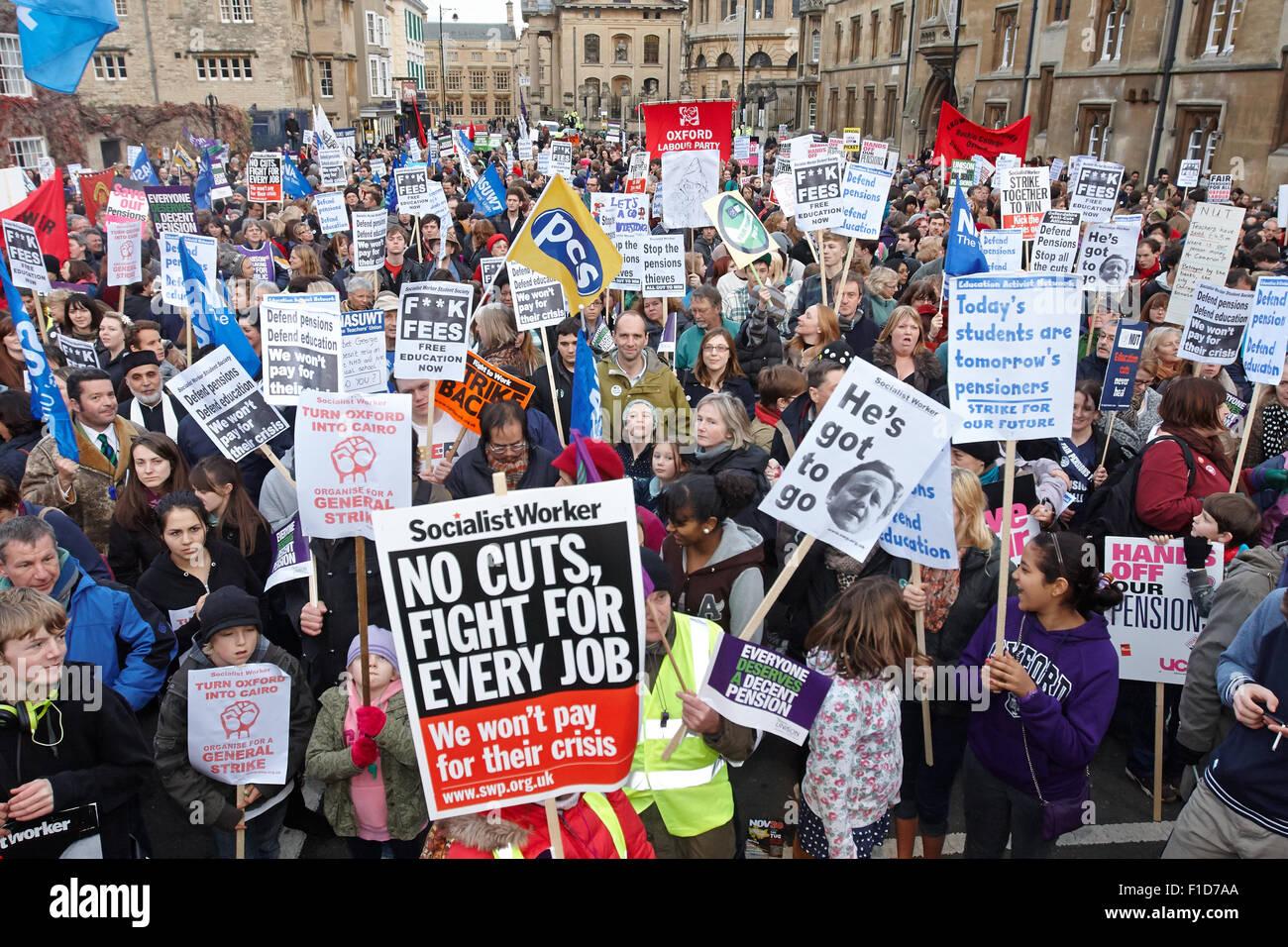 La gente marcha por el centro de Oxford, en apoyo de la generalización de la n30 huelga del sindicato del sector público sobre los derechos de pensión Foto de stock