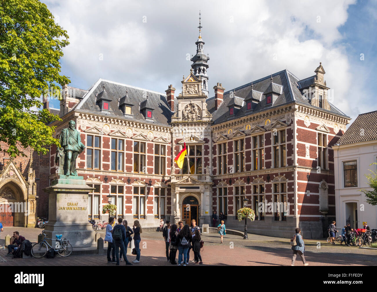 La Universidad de Utrecht en Utrecht, Holanda, con estudiantes. Academiegebouw Domplein, o Plaza Dom, oficial del Imagen De Stock