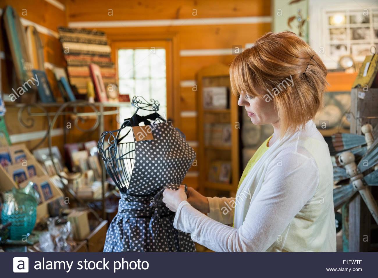 Dueño de tienda preparando el delantal mostrar Imagen De Stock